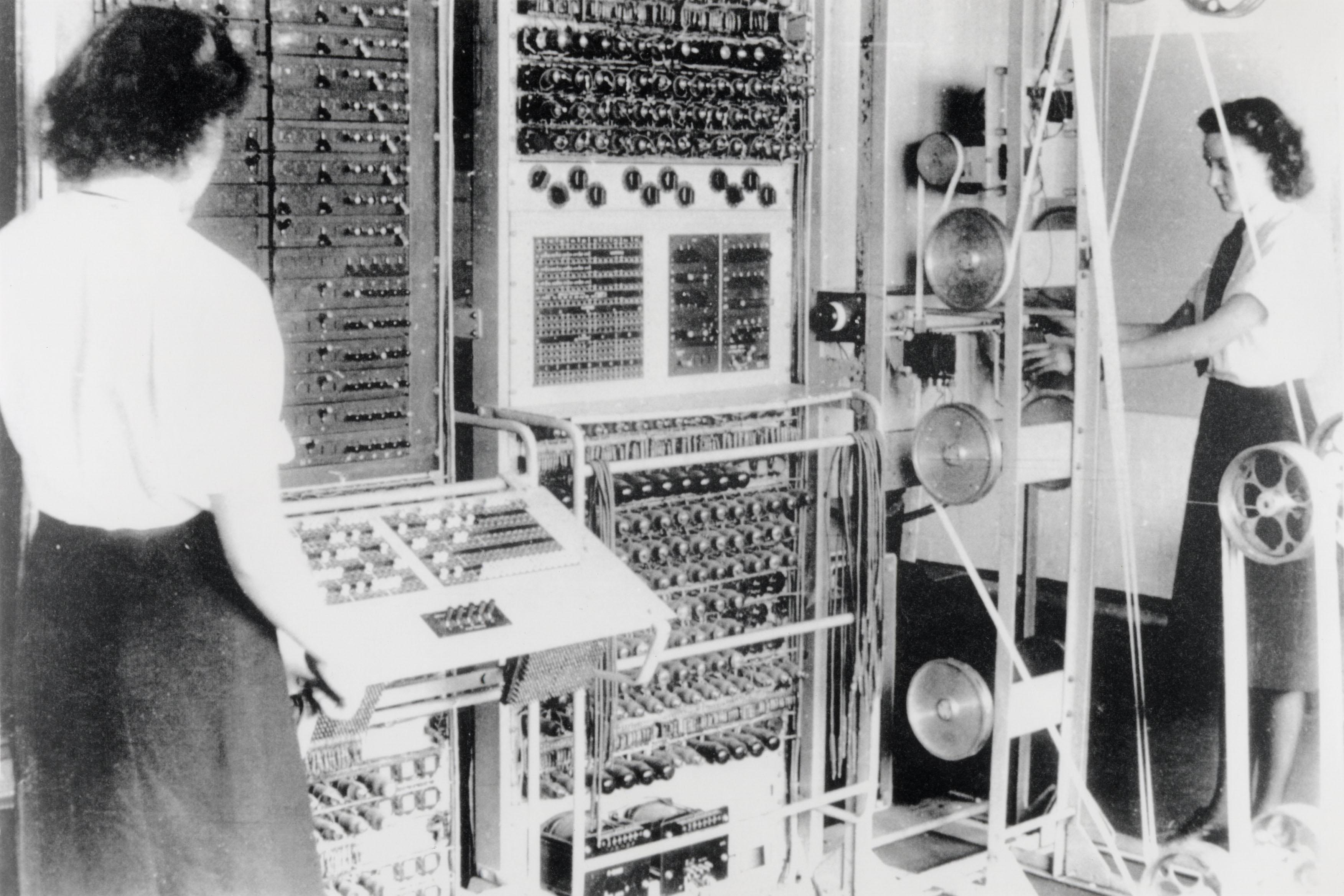 Электронно-ламповый «Колосс», созданный прирешающей роли Тьюринга к1944 году был первым компьютером современного типа