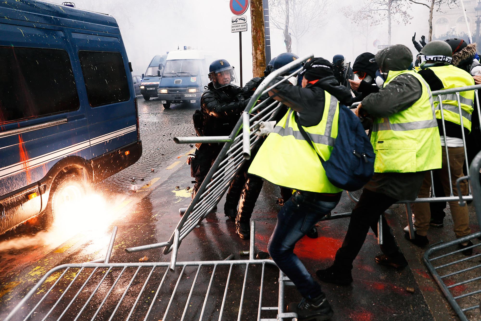 Столкновение демонстрантов ссиловиками