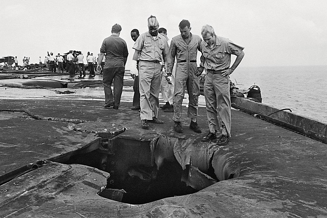 Незадолго доэтого Маккейн (крайний справа) чуть непогиб во время инцидента наборту американского авианосца «Форрестол»: изодного самолета самопроизвольно стартовала ракета, попала вдругие штурмовики, они загорелись, иподвешенные кним бомбы начали разрываться. Вкатастрофе погибли 134 моряка ВМС США.