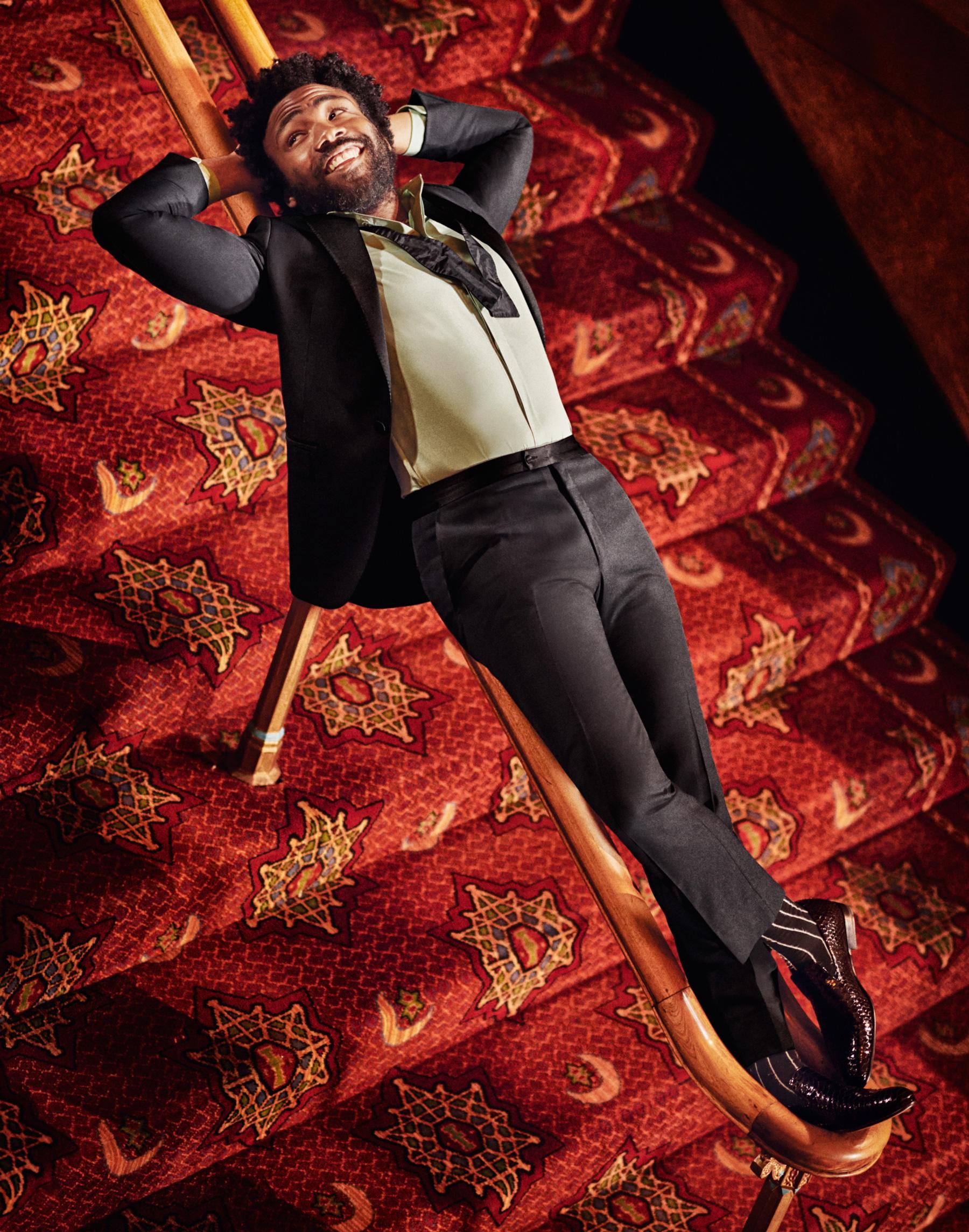 Смокинг ибабочка Lanvin,  рубашка Maison Margiela, носки Haider Ackermann, лоферы Paul Andrew