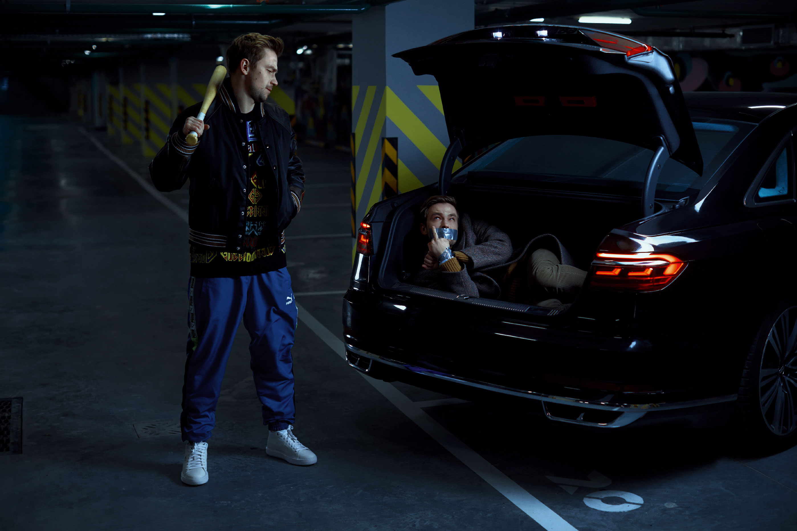 Слева: бомбер Prada, джемпер Gucci, брюки Puma,  кеды Geox. Справа: рубашка Calvin Klein Jeans, джемпер Louis Vuitton, пальто Gucci, брюки Paul Smith