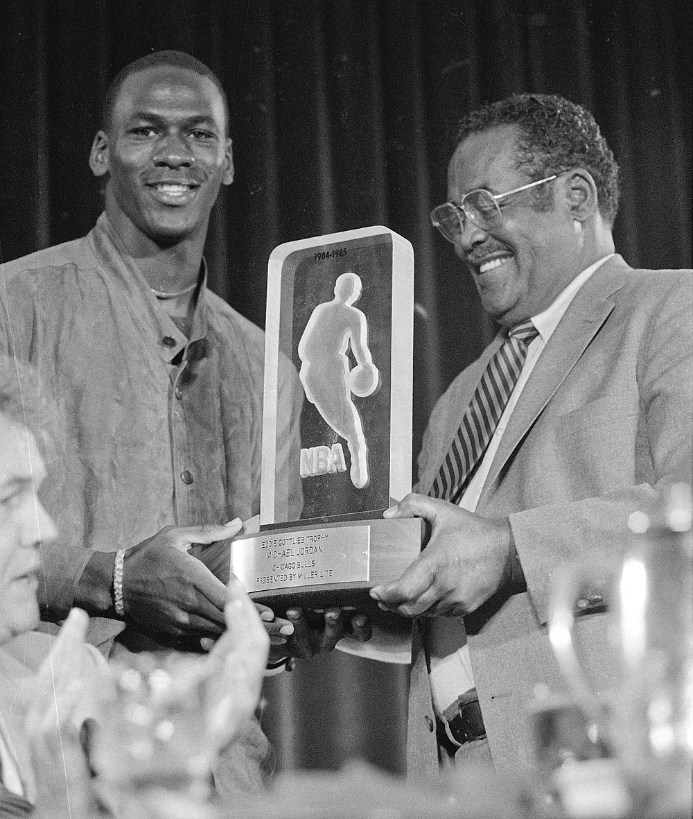 Майкл Джордан получает титул «Новичок года вНБА 1985»