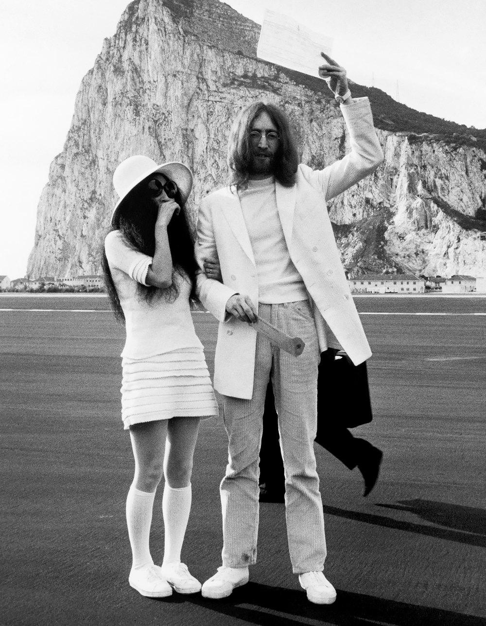 Йоко Оно иДжон Леннон со свидетельством обраке нафоне Гибралтарской скалы, март 1969