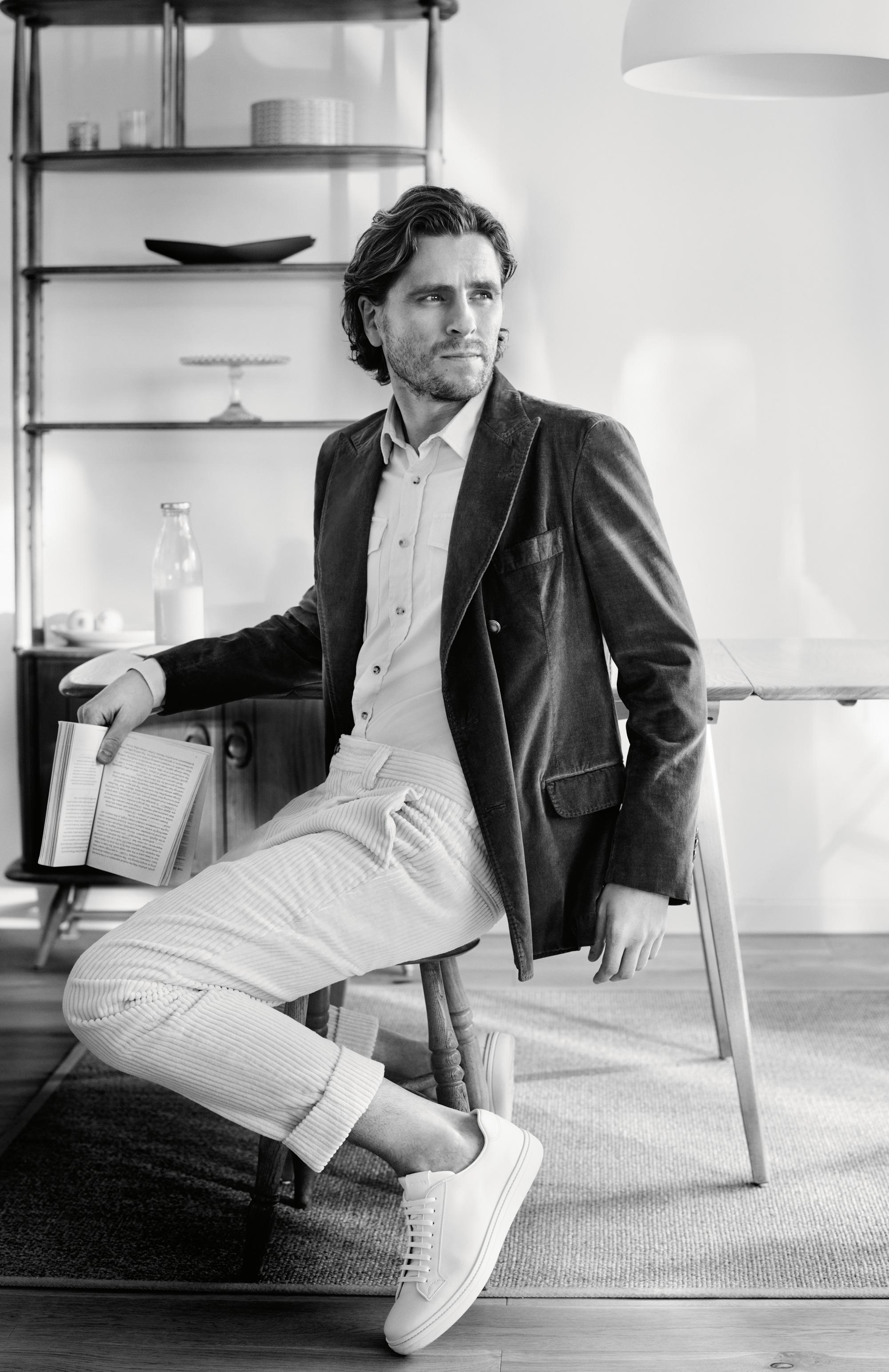 Блейзер, рубашка, брюки, все Brunello Cucinelli; кеды Church's