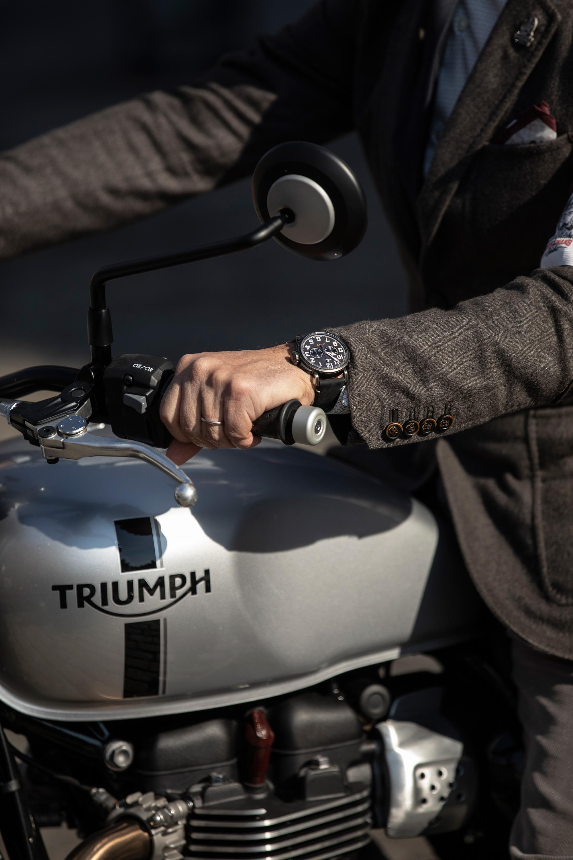 Жульен Торнаро (CEO Zenith Watches сновыми Pilot Type 20 Ton Up Black назапястье