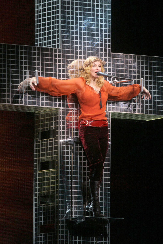 Во время исполнения Live to Tell врамках тура Confessions, 2006