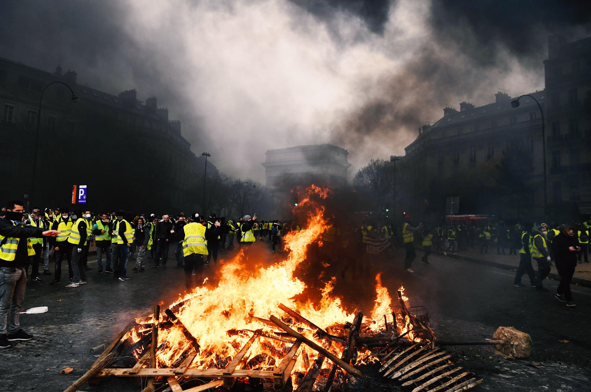 Демонстранты собрали вокруг огня во время протестной акции