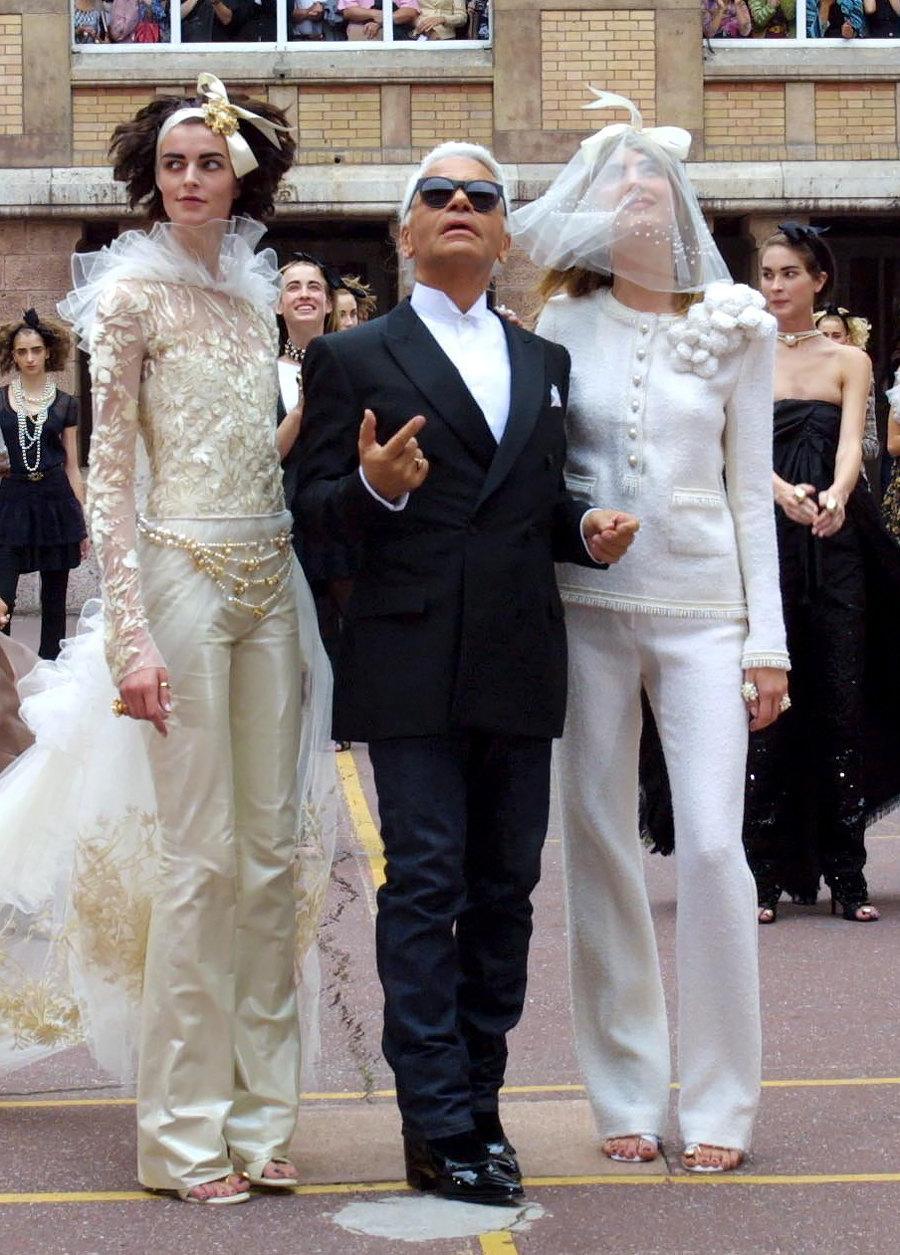 Карл Лагерфельд смоделями напоказе Chanel Haute Couture осень-зима 2001