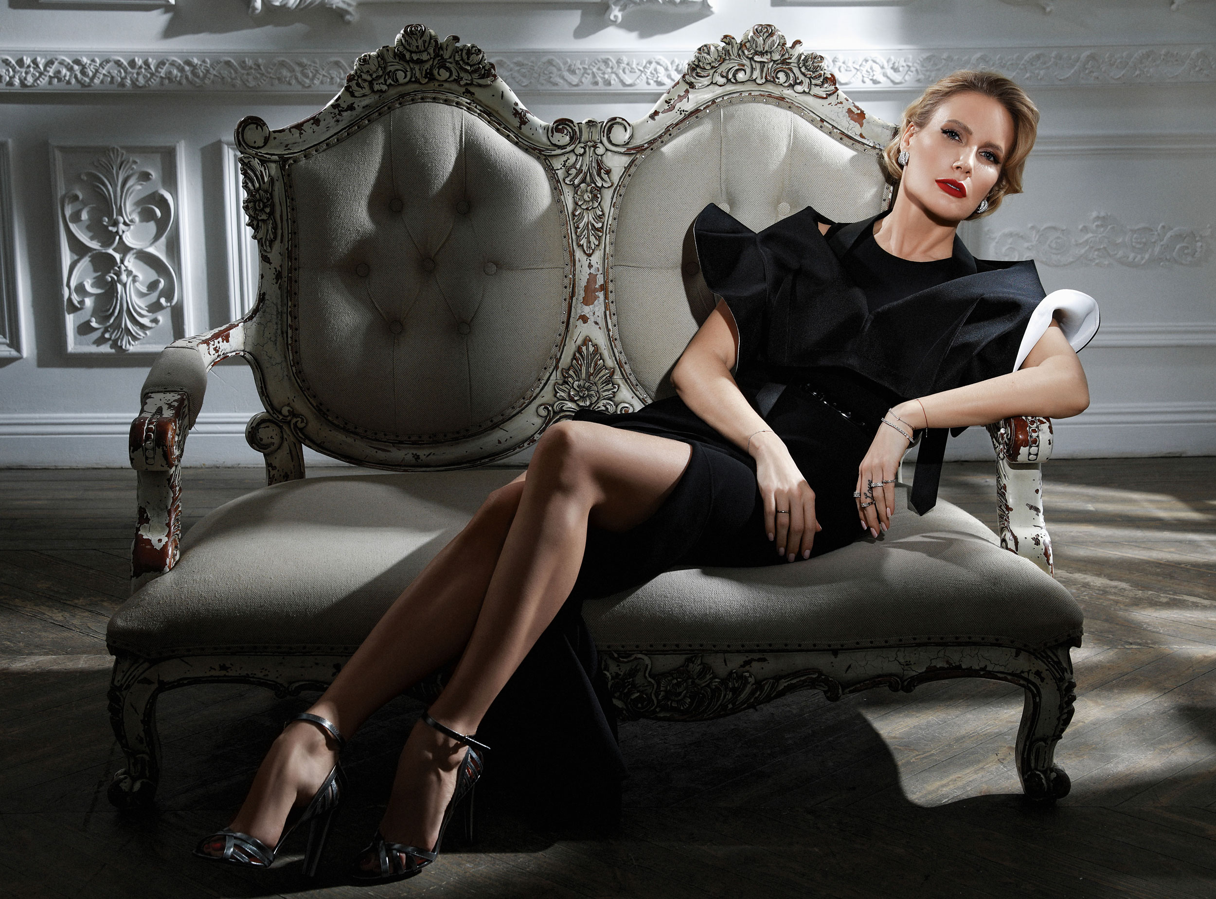 Платье  Michael Kors,  болеро Louis Vuitton, серьги, браслет икольца Belle Epoque Damiani, туфли Casadei