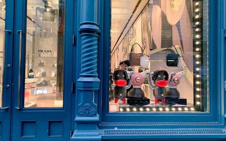 Prada обвинили врасизме. Общественность возмутили фигурки обезьян