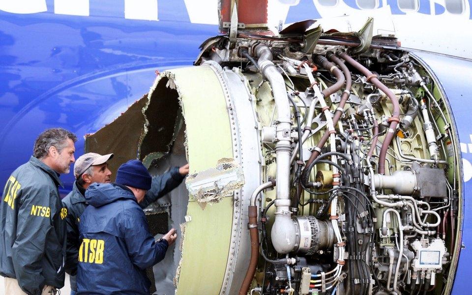 В США упассажирского Boeing 737 ввоздухе взорвался двигатель. Погиб один человек