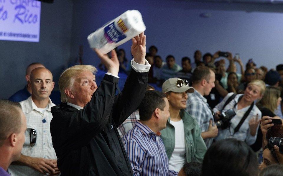 Трамп бросил втолпу жителей Пуэрто-Рико рулоны бумажных полотенец