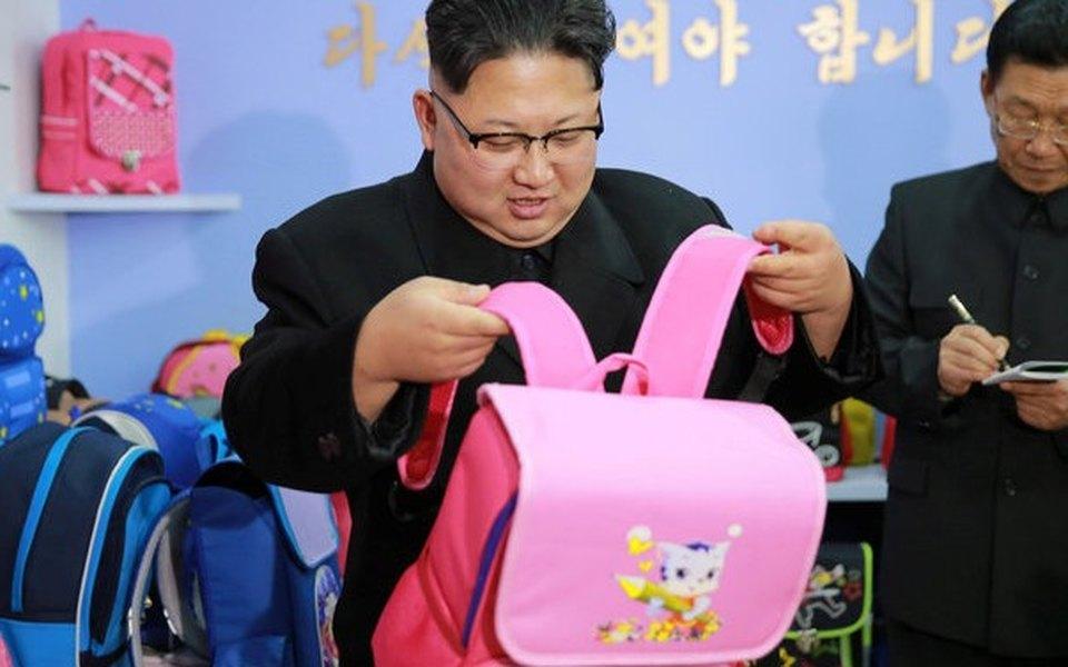 Интернет просто немог взять ипропустить фото Ким Чен Ына срозовым рюкзаком