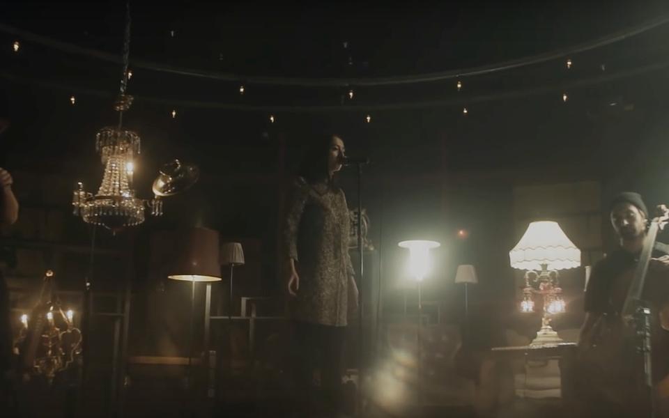 Певица Manizha выпустила live-видео напесню «Люстра»