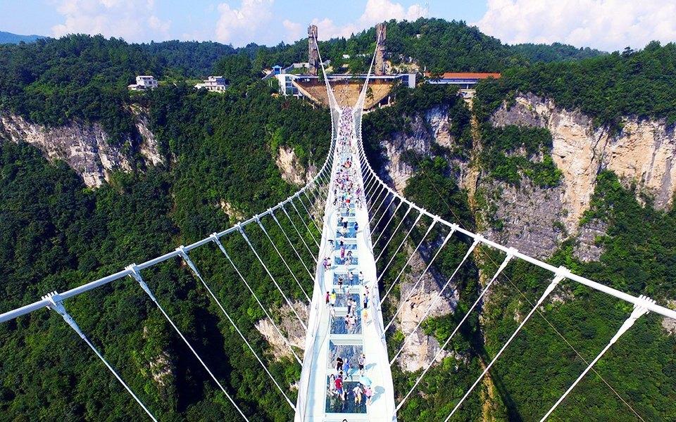 Стеклянный мост вКитае пошел трещинами. Это шутка, но туристов непредупредили